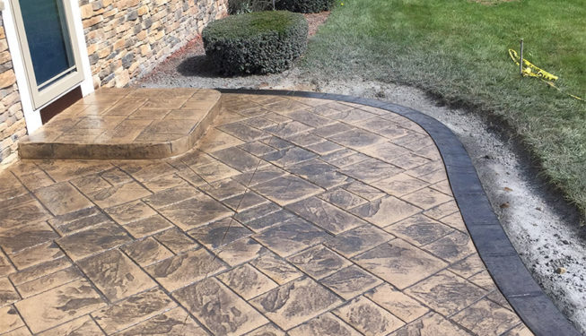 Pattern: Notched Old English Ashlar Slate - Colors: Creekside Buff With Dark Gray And Charcoal Border